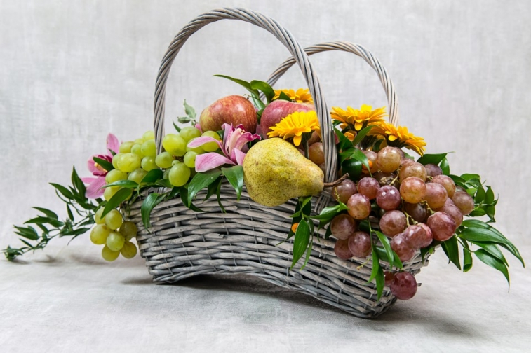 Цветы букеты, харьков букет в корзине с фруктами